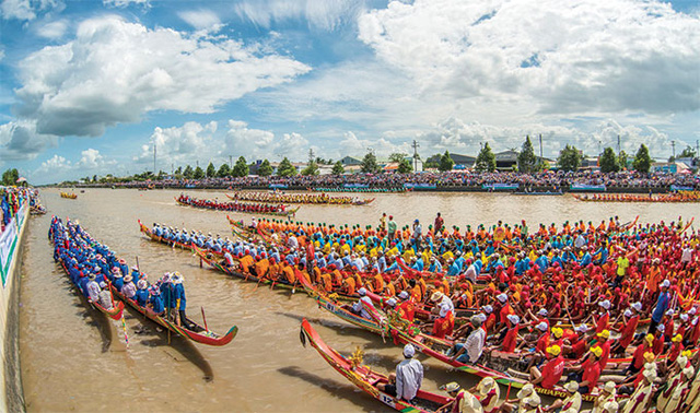 """Ngo"" boat races in Soc Trang province"