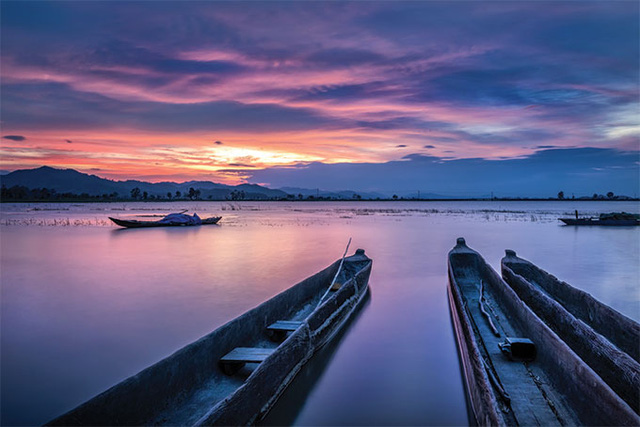 The largest freshwater lake in the central highland, Lak Lake is a must-see attraction in the region. One of the best times to visit is in the afternoon of the last two months of the year, when the sky is covered by cloud and sunsets are long and streaked by various colors.