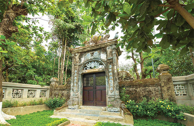 In Hue, however, a more harmonious combination is achieved with the house set in the middle of a garden fringed by tall trees.